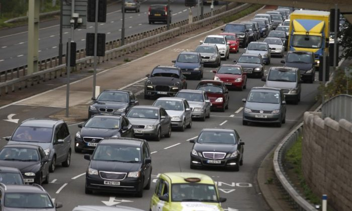 A file photograph shows a traffic jam as cars head towards the approach tunnel of Heathrow Airport, west London, Britain November 26, 2015. (Reuters/Peter Nicholls/files)