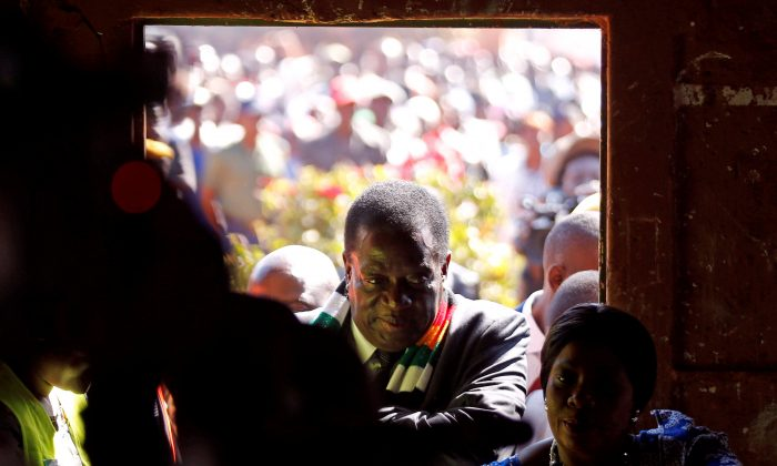 Zimbabwe's President Emmerson Mnangagwa arrives to vote in the general election at Sherwood Park Primary School in Kwekwe, Zimbabwe July 30, 2018. (Reuters/Philimon Bulawayo)