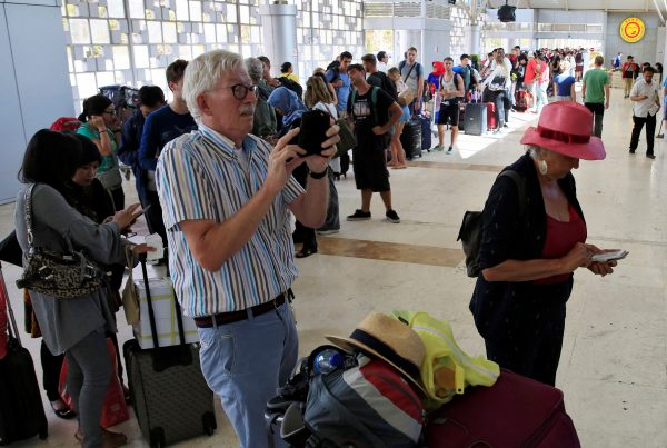 Foreign tourists queue to leave Lombok Island after an earthquake hit, as seen at Lombok International Airport, Indonesia, on Aug. 6, 2018. (REUTERS/Beawiharta)