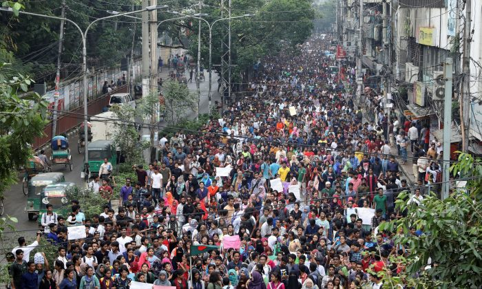 Thousands of students join in a protest over recent traffic accidents that killed a boy and a girl, in Dhaka, Bangladesh, on Aug 5, 2018. (Reuters/Mohammad Ponir Hossain)