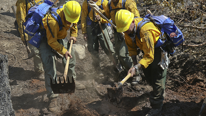 Oregon Army National Guardsmen fight the Garner Complex Fire with firefighters from the Oregon Department of Forestry north of Grants Pass, Oregon on Aug. 2, 2018. (Maj. John Farmer/Oregon Army National Guard)
