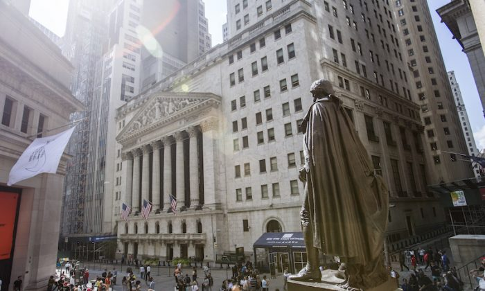 A statue of George Washington overlooks the New York Stock Exchange on Broad Street, New York, on Sept. 7, 2017. (Samira Bouaou/The Epoch Times)