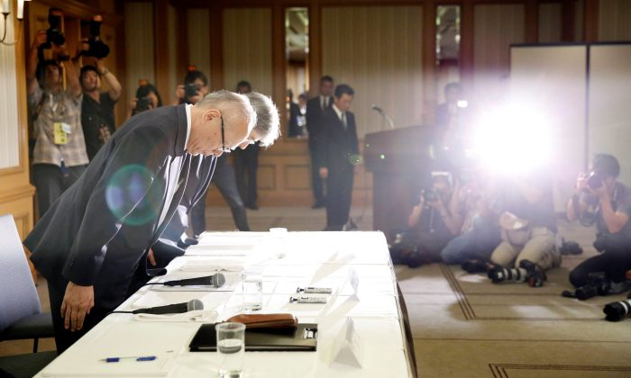 Tetsuo Yukioka (L), Managing Director of Tokyo Medical University and Keisuke Miyazawa, Vice-President of Tokyo Medical University, bow as they attend a news conference in Tokyo, Japan, Aug. 7, 2018. (Reuters/Toru Hanai)