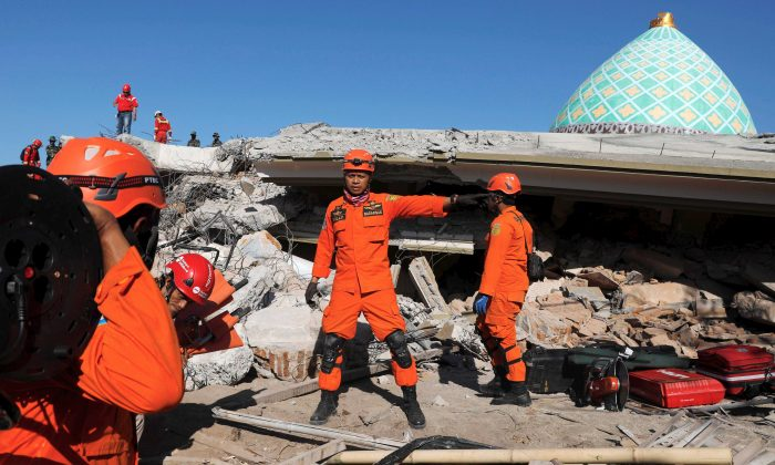 Rescue team members prepare to find people trapped inside a mosque after an earthquake hit on Sunday in Pemenang, Lombok Island, Indonesia, Aug. 8, 2018. (Reuters/Beawiharta)
