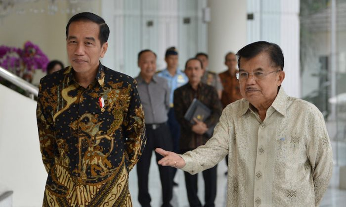 Indonesian President Joko Widodo and Vice President Jusuf Kalla speak with the media after holding a closed meeting at the Vice President's office, Jakarta, Indonesia on Aug. 9, 2018. (Antara Foto/Wahyu Putro A/via Reuters)