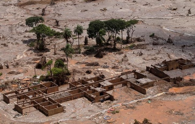 File photo: The debris of the municipal school of Bento Rodrigues district, which was covered with mud after a dam owned by Vale SA and BHP Billiton Ltd burst, is pictured in Mariana, Brazil, November 10, 2015.     (Reuters/Ricardo Moraes/File photo)