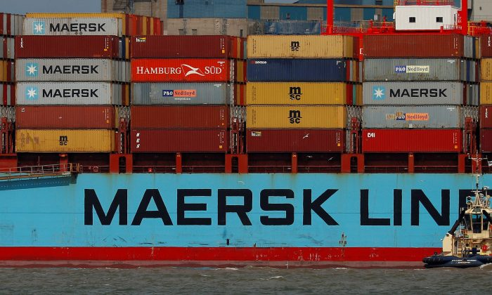 The Maersk Line container ship Maersk Sentosa is helped by tugs as it navigates the River Mersey in Liverpool, Britain, July 31, 2018. (Reuters/Phil Noble)