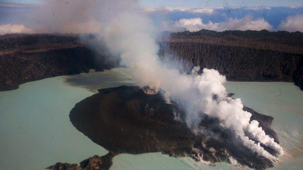 Gunung berapi Manaro Voi di Pulau Ambae, Vanuatu