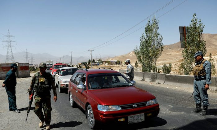 Afghan security forces keep watch at a checkpoint on the Ghazni highway, in Maidan Shar, the capital of Wardak province, Afghanistan August 12, 2018. (Reuters/Mohammad Ismail)