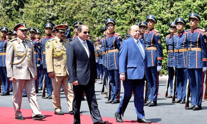 Egypt's President Abdel Fattah al-Sisi (L) and his Yemeni counterpart Abd-Rabbu Mansour Hadi (R) review the honorary guards at the presidential palace Cairo, Egypt, August 13, 2018 in this handout picture courtesy of the Egyptian Presidency. The Egyptian Presidency/Handout via REUTERS