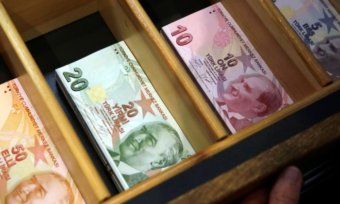 Turkish lira banknotes are pictured at a currency exchange office in Istanbul, Turkey August 13, 2018. (Reuters/Murad Sezer)