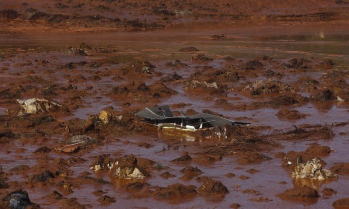 File photo: Debris of a house is pictured at Bento Rodrigues district, which was covered with mud after a dam owned by Vale SA and BHP Billiton Ltd burst in Mariana, Brazil, November 6, 2015. (Reuters/Ricardo Moraes/File Photo)