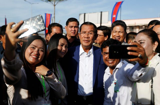 Supporters take pictures with Cambodia's Prime Minister Hun Sen (C) as he attends an inauguration of a new boat terminal in Phnom Penh, Cambodia Aug. 1, 2018. (REUTERS/Samrang Pring)