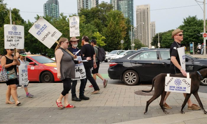 Workers from the International Alliance of Theatrical Stage Employees (IATSE) Local 58 are seen picketing by the CNE on Toronto's waterfront on August 18, 2018. (Emily Chian/The Epoch Times)