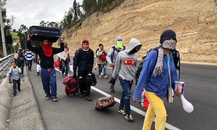 Venezuelan migrants walk along the Ecuadorean highway to Peru before new rules requiring they hold a valid passport kick in, at Tulcan, Ecuador August 21, 2018. (Reuters/Andres Rojas)
