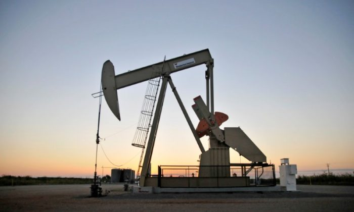 A pump jack operates at a well site leased by Devon Energy Production Company near Guthrie, Oklahoma on Sept. 15, 2015. (Reuters/Nick Oxford)