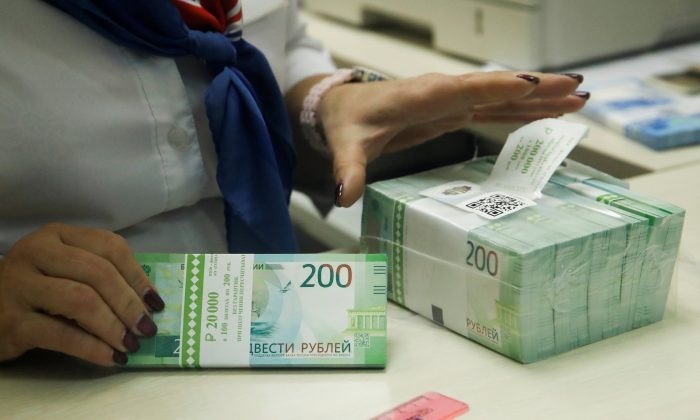 A cashier holds new 200 rouble banknotes in a bank in Moscow, Russia November 21, 2017. (Reuters/Maxim Shemetov/File photo)