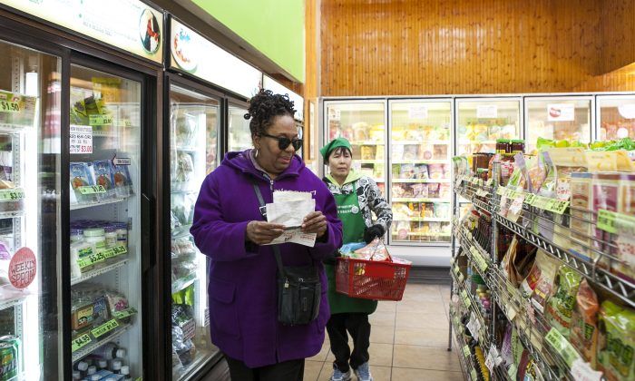 Customer Debra Malliet (L) shops at May Wah Vegetarian Market with the help of staff member Ms. Ku (R ), on April 10, 2014. (Samira Bouaou/Epoch Times)