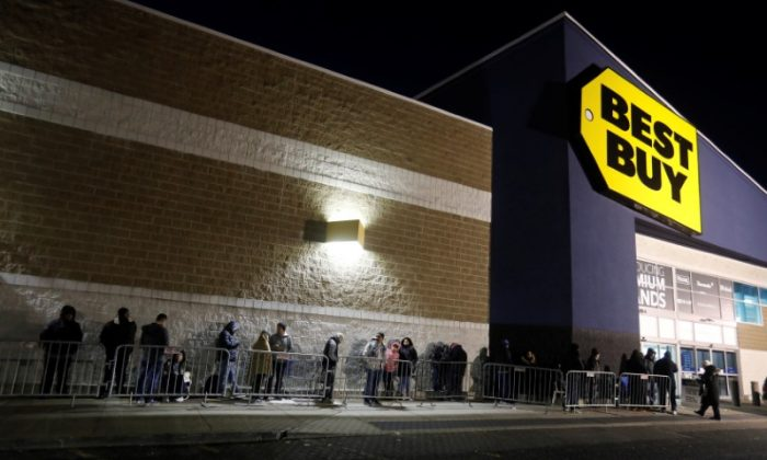 Shoppers wait in line outside a Best Buy electronics store in Westbury, New York, on Nov 24, 2017. (Reuters/Shannon Stapleton)