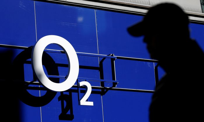 A man walks past an O2 phone store in Manchester, Britain March 7, 2016.  (Reuters/Phil Noble).