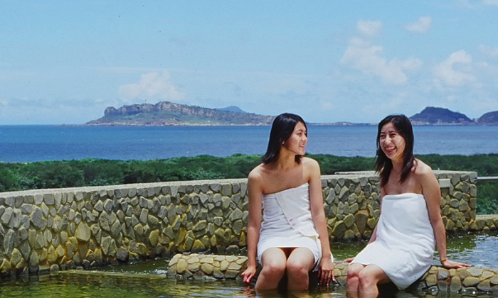 At the seaside town of Jinshan, visitors can relieve stress and fatigue in the hot springs while enjoying exquisite views of the ocean. There are a variety of facilities, including private rooms and outdoor pools. (Courtesy of Taiwan Tourism Bureau)