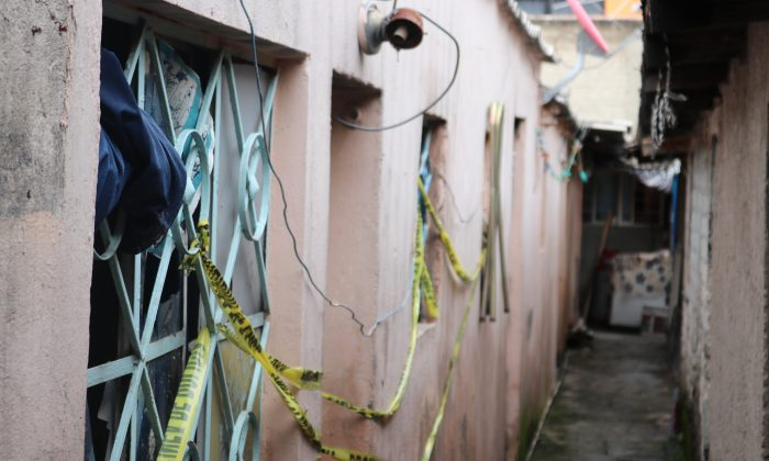 The residence of Luis Pérez García, a Mexican journalist who was bludgeoned to death, shown cordoned off by police on Aug. 28, 2018, in Mexico City. (Tim MacFarlan/Special to The Epoch Times)