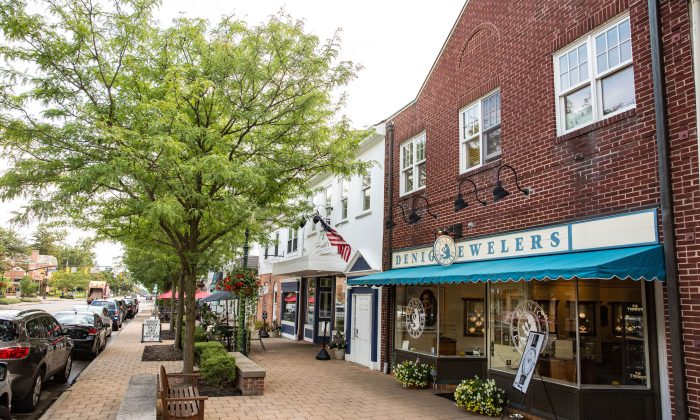 Shops and restaurants on High Street, in Worthington, Ohio, a suburb of Columbus on Aug. 4, 2017. (Benjamin Chasteen/The Epoch Times)