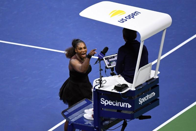 Serena Williams yells at umpire