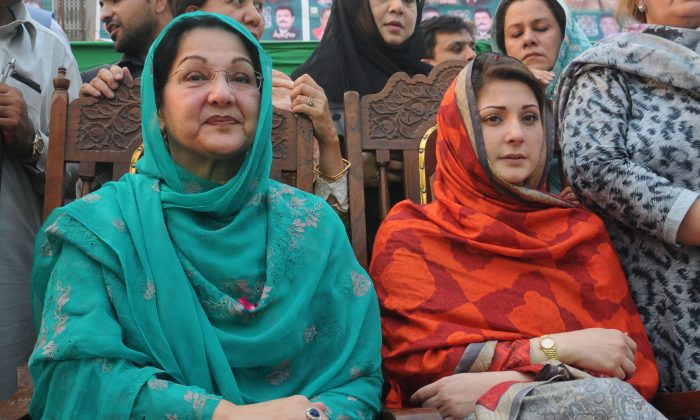 Kulsoom Nawaz (L), wife of Pakistan's former Prime Minister Nawaz Sharif and her daughter Maryam Nawaz (R) in Lahore, Pakistan on May 4, 2013. (Arif Ali/AFP/Getty Images)