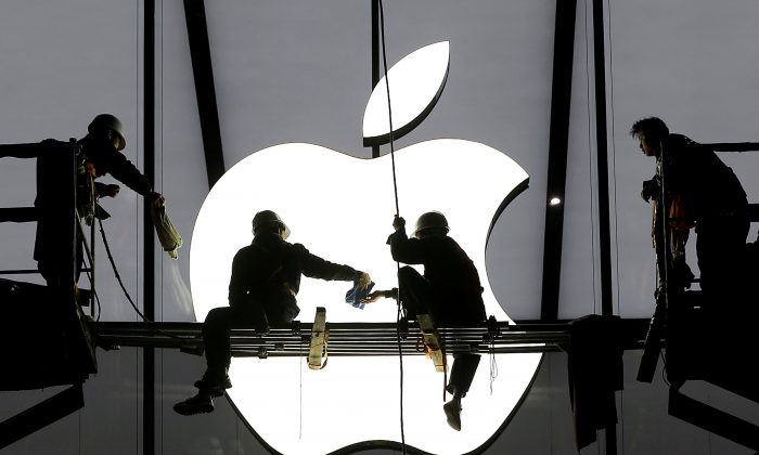 Workers prepare for the opening of an Apple store in Hangzhou, Zhejiang province, China Jan. 23, 2015.  (Reuters/Chance Chan)