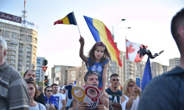 Diaspora rally in Victoria Square in Bucharest on Aug. 10, 2018. (Mihuț Savu/The Epoch Times Romania)