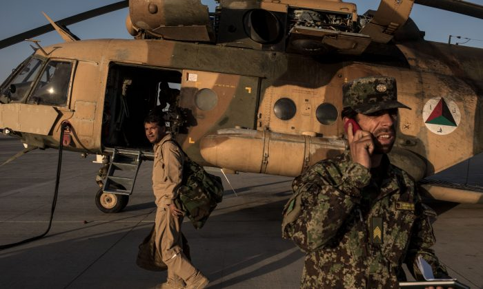 File photo showing members of the Afghanistan Air Force prepare a Mi-17 helicopter for a flight on Sept. 9, 2017 at Kandahar Air Field in Kandahar, Afghanistan. (Andrew Renneisen/Getty Images)