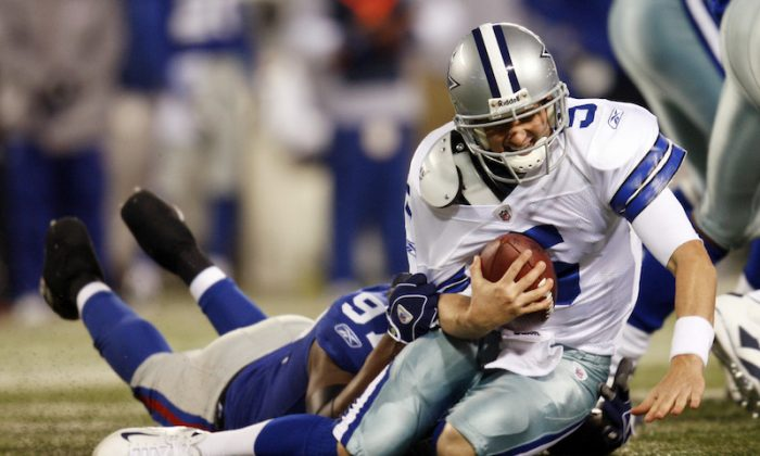 Dallas Cowboys quarterback Brooks Bollinger (R) is sacked by New York Giants' Mathias Kiwanuka during the fourth quarter of their NFL football game in East Rutherford, New Jersey, Nov. 2, 2008.   (Reuters/Mike Segar)