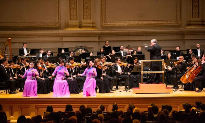 Shen Yun Symphony Orchestra at Carnegie Hall on Oct. 14, 2017. The orchestra's fall tour will arrive in the United States on Oct. 7 and play at Carnegie Hall once again. (Dai Bing/The Epoch Times)