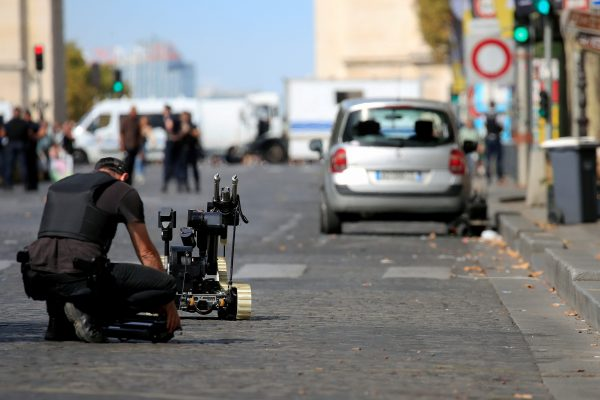 Paris-police-bomb-squad-inspects-a-car