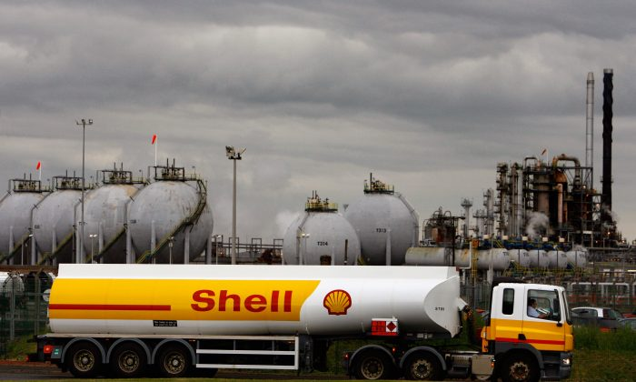 A Shell oil tanker truck in the United Kingdom in this file photo. (Jeff J Mitchell/Getty Images)