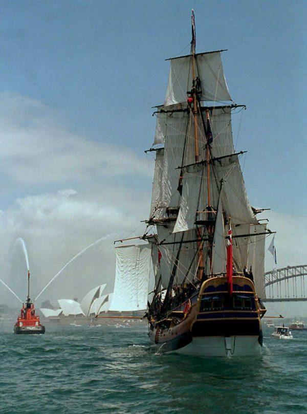 Replica Endeavour sails into Sydney