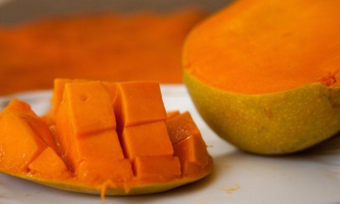 A sliced mango. (Public domain (CC0) [https://creativecommons.org/licenses/publicdomain/])
