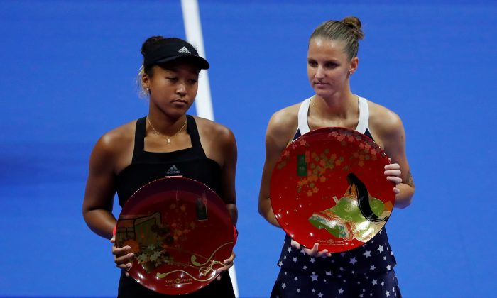 Karolina Pliskova (R) of Czech Republic, flanked by second-placed Naomi Osaka of Japan, poses with her victory trophy during the Pan Pacific Open Women's Singles Final match in Tokyo, Japan on Sept. 23, 2018. (Toru Hanai/Reuters)