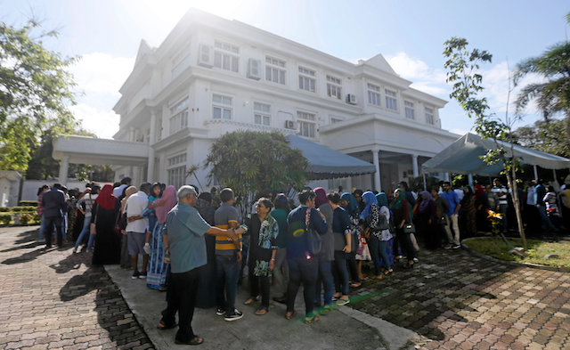 Maldivians living in Sri Lanka stand in line to cast their vote during the Maldives presidential election day at the Maldives embassy in Colombo, Sri Lanka Sept. 23, 2018. (Reuters/Dinuka Liyanawatte)