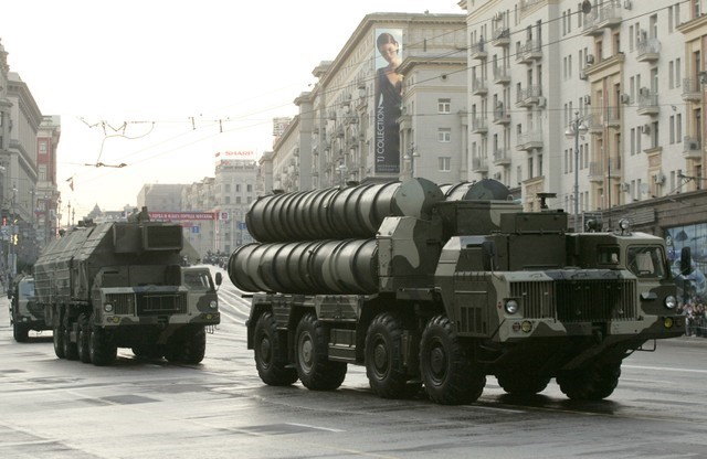 Russian S-300 anti-missile rocket system move along a central street during a rehearsal for a military parade in Moscow May 4, 2009. (Reuters/Alexander Natruskin)