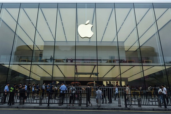 Six to eight suspects stole multiple products from an Apple store in Emeryville. (Getty Images)