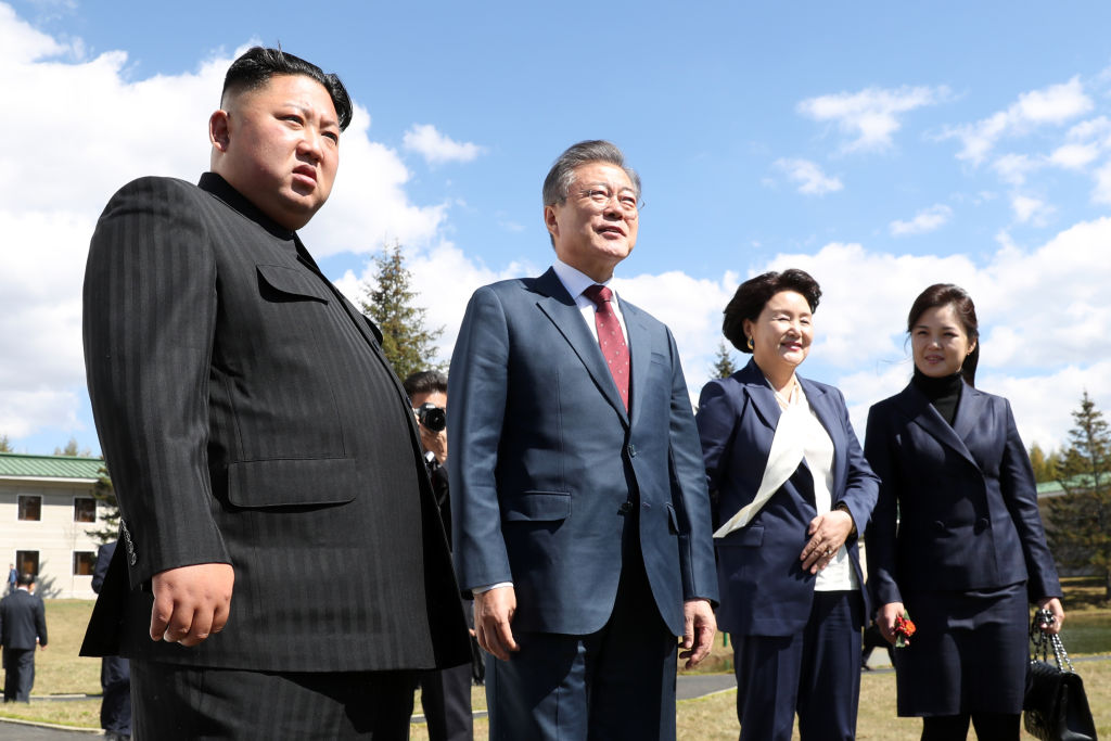 North and South Korean Presidents and their wives posing for photo
