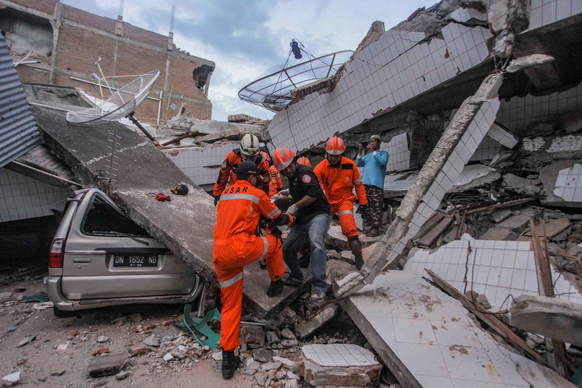 Search-and-rescue-workers-evacuate-an-earthquake