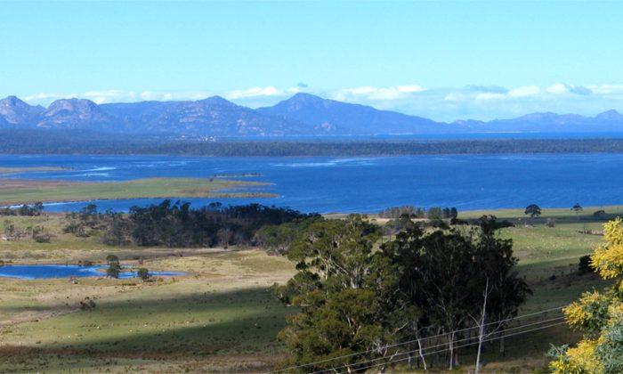View of Freycinet Peninsula in Tasmania. (Joern Brauns via Wikimedia Commons)