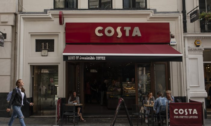 Customers sit outside a Costa Coffee store in London on Aug. 31, 2018. (Dan Kitwood/Getty Images)
