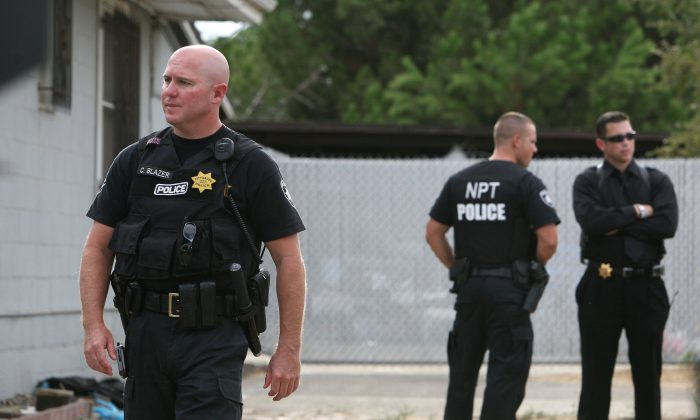 Pittsburg, California police officers stand in front of the home of alleged kidnapper Phillip Garrido as they search the property in Antioch, California on Aug. 28, 2009. (Justin Sullivan/Getty Images)