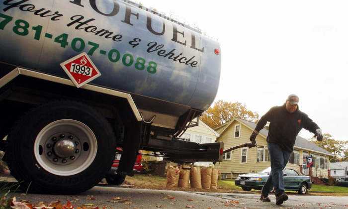 A worker delivers a mixture of biofuel to a home in Norwood, Massachusetts, on November 12, 2007. (Brian Snyder/Reuters)