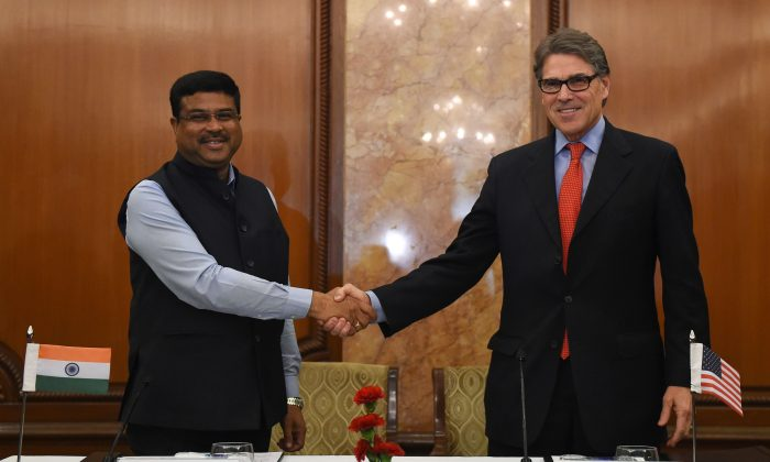 Indian Minister for Petroleum and Natural Gas Dharmendra Pradhan (L) shakes hand with US Energy Secretary Rick Perry during a press conference in New Delhi on April 17, 2018. (Money Sharma/AFP/Getty Images)