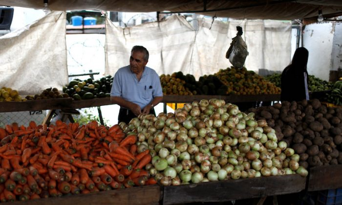 A man shops at a vegetable and fruit stall at a street market in Caracas, Venezuela October 8, 2018. (Reuters/Marco Bello)